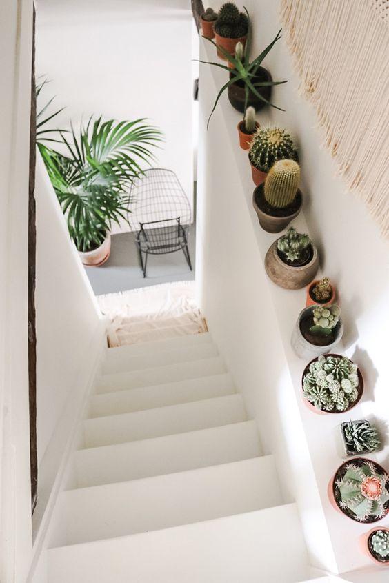 2. Jejerkan variasi pot di pinggir tangga